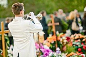 trabkarz-grajacy-na-tradycyjnym-pogrzebie